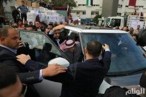 העזתים תוקפים את שגריר קטר בעזה